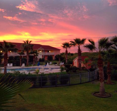 Days Inn Port Aransas TX: Sunrise over the courtyard