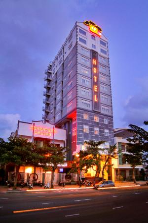 Seventeen Saloon Hotel: Overview night