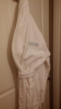 Cupertino Inn: Fuffy white robes