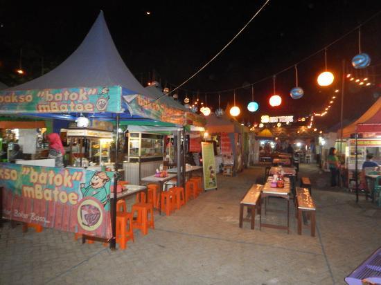 Suasana Pasar Parkiran Dengan Tenda2 Jual Makanan Picture Of Pasar Parkiran Batu Tripadvisor