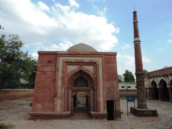 Hisar, อินเดีย: Decorated gateway to the mosque