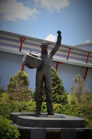Dale Earnhardt Sr. Statue : Dale Earnhardt SR