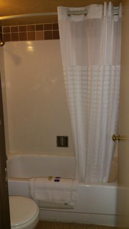The Marigold Hotel - Downtown Pendleton: Tub and Shower