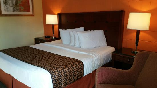 The Marigold Hotel - Downtown Pendleton: King Bed, New Mattresses and Bedding