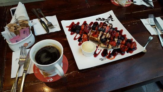 the waffle chocolate fondue - Foto de Granny's Waffles, Dubai ...