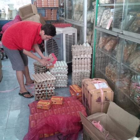Brebes, Indonesien: Mengemas telur asin