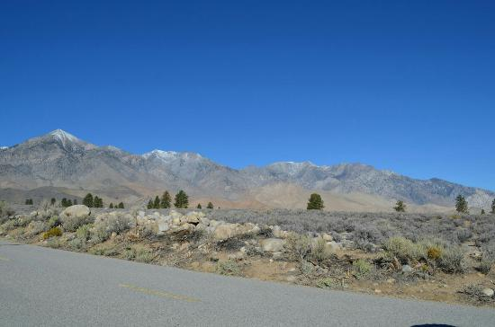 Independence, Kalifornia: Road is rough but manageable.