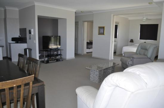 Mariners Resort: suite living room