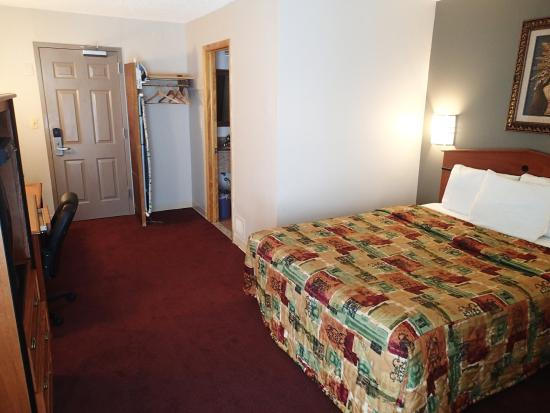 Neptune, NJ: Queen Size Room