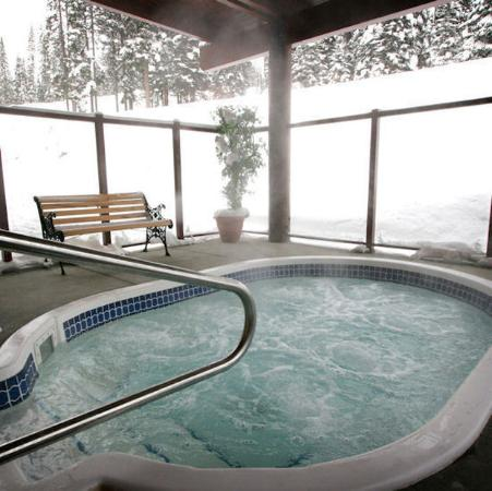 Nancy Greene's Cahilty Hotel & Suites: Outside Hot Tub