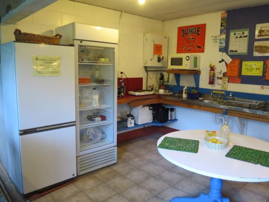 Pagoda Lodge: Shared kitchen area