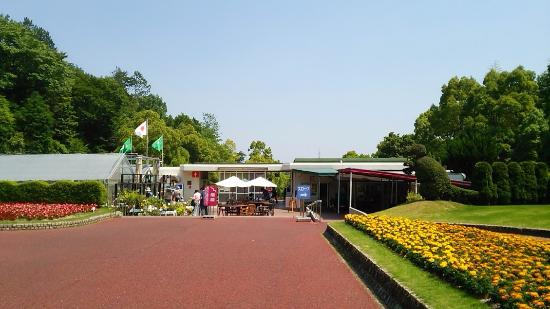 Hiroshima Botanical Park: 園内より入り口を望む