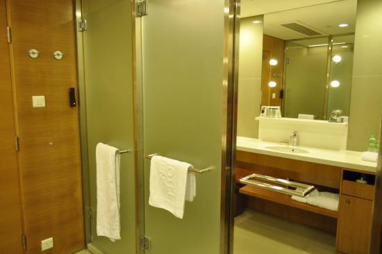 Bathroom picture of hotel jen hong kong hong kong for Small bathroom design hong kong