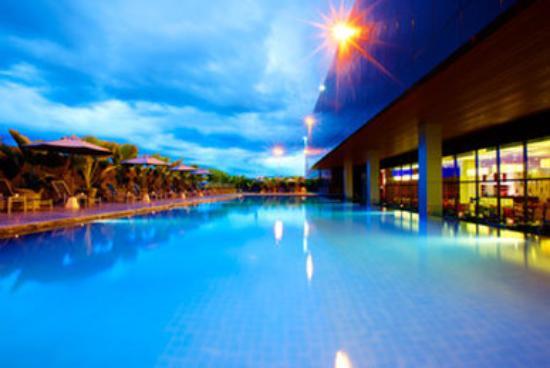 Century Kuching Hotel: Swimming Pool by night