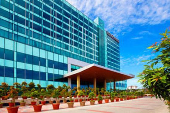 Century Kuching Hotel: Exterior by day
