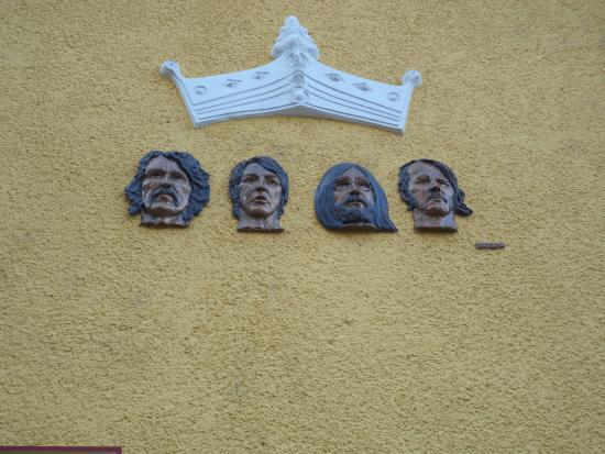 Egri Road Beatles Múzeum: homlokzat díszítés