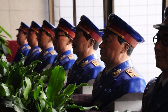 """Dynasty Hotel : Collection de buste de """"généraux"""" de l'armée chinoise."""