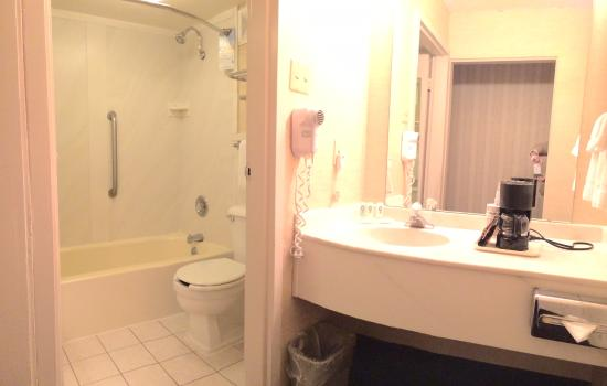 Quality Inn & Suites Conference Center: Bathroom