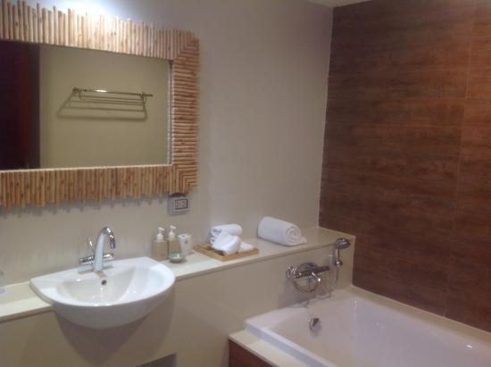 tup kaek sunset beach resort salle de bain avec baignoire et grande douche italienne