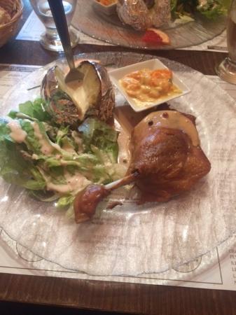 Chantonnay, Γαλλία: cuisse de canard confite et sa garniture
