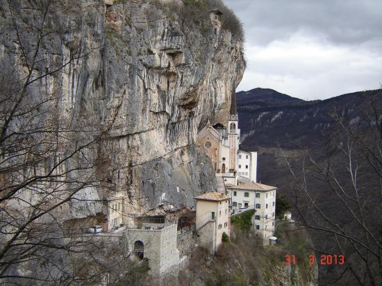 Panoramica picture of santuario basilica madonna della for Santuario madonna della corona