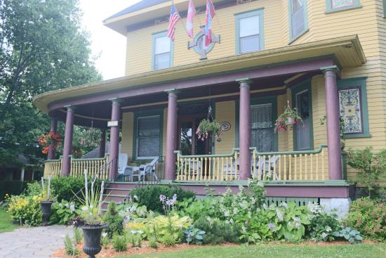 Sleepy Hollow Bed & Breakfast: The Front Porch