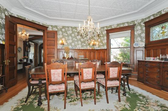 Sleepy Hollow Bed & Breakfast: The dining room.