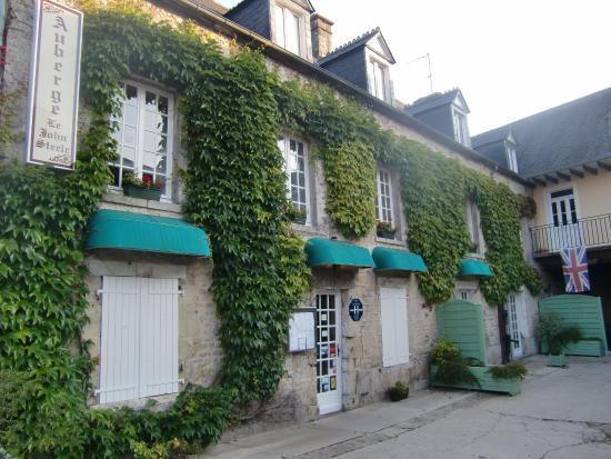 Auberge le John Steele: entrance and room windows