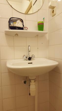 Hotel Old Quarter: tiny sink