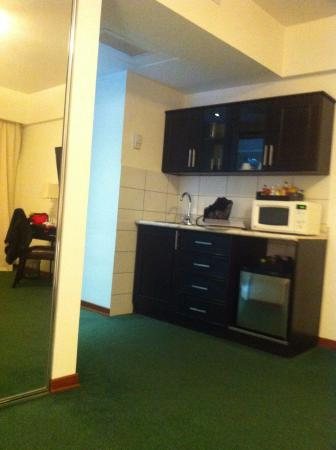 El Polo Apart Hotel & Suites: frente a la cama , frigobar y microondas