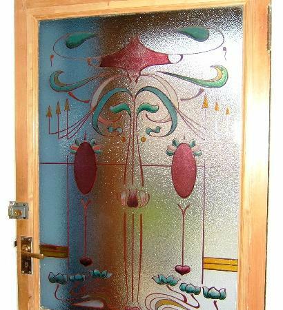 Fernlea Guest House: Hand Painted Glass Door