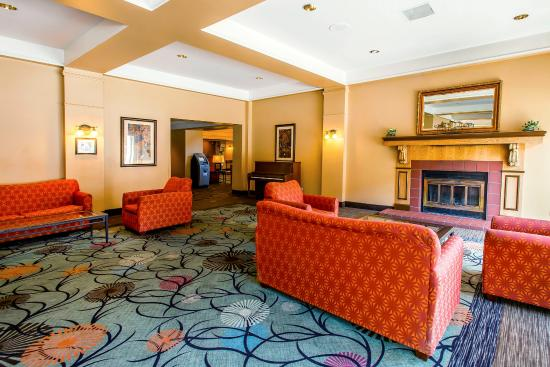 Clarion Hotel and Conference Center: Lobby