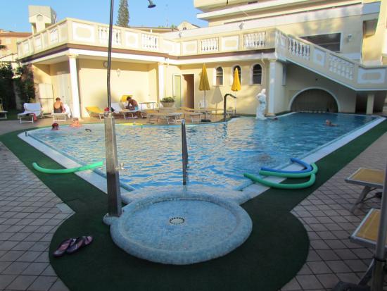 Piscina esterna collegata con quella interna foto di hotel terme roma abano terme tripadvisor - Hotel piscina roma ...