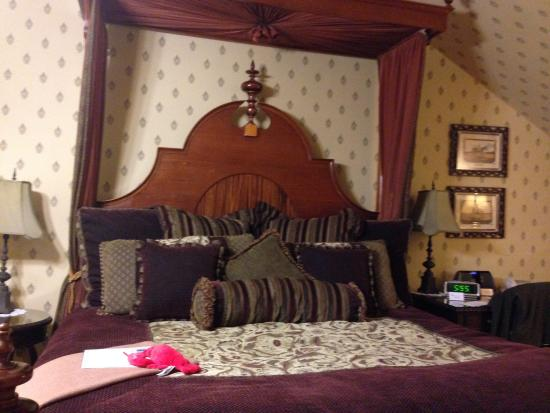 Berry Manor Inn: The bed