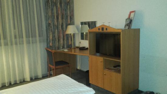 Arcadia Hotel Bottrop : Schreibtisch und TV