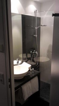 Das Bad und die Getränke - Bild von Hotel Motel One Frankfurt-East ...