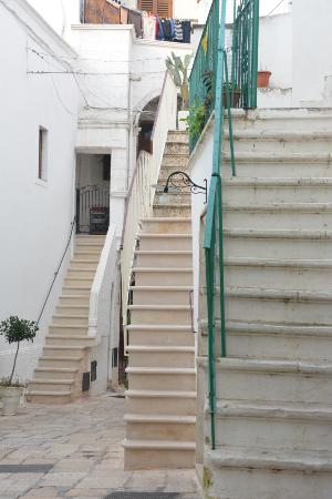 YLTour: Cisternino, a town of stairs