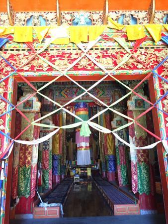 Επαρχία Σάνγκρι Λα, Κίνα: Colorful doorway
