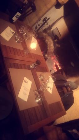 Saint-Leon-sur-Vezere, Francja: une table sympathique au coin de la cheminée