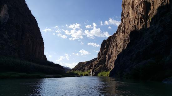 Presidio, Техас: Canoeing through a canyon in Big Bend State Park