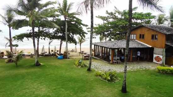 Caraiva: Vista do Quarto - A praia e o bar da pousada