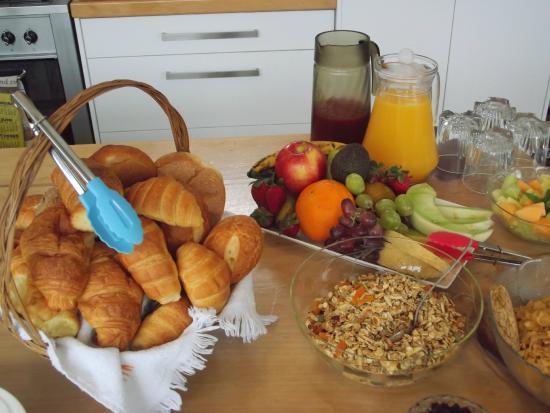 Longhouse Bed and Breakfast: Breakfast