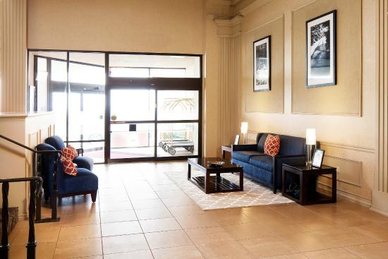 Hampton Inn St. Clairsville: Lobby Sitting Area