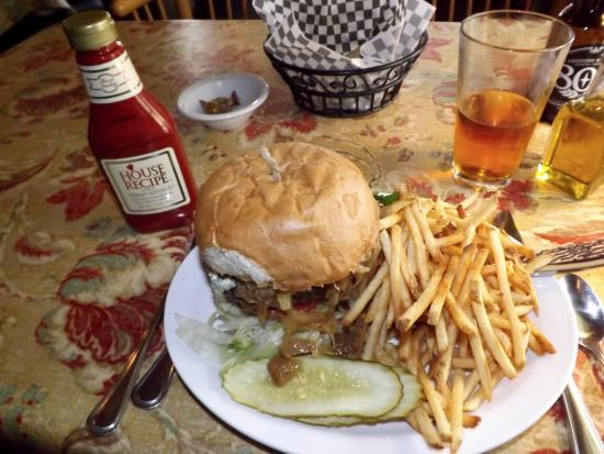 Templeton, CA: Hamburger to eat with a knife and fork.