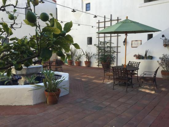 Courtyard picture of spanish garden inn santa barbara for Courtyard landscaping ottawa