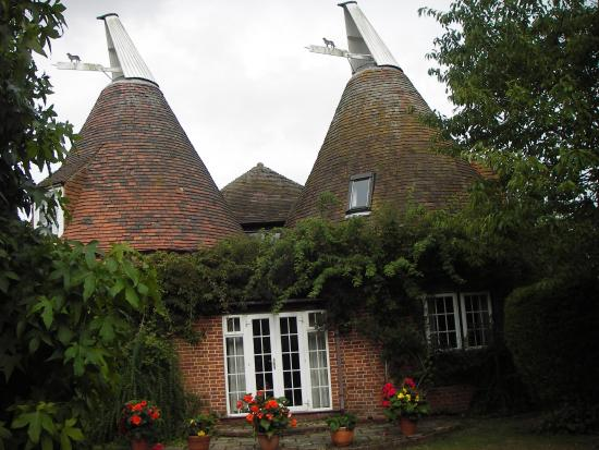 Leavers Oast: The outside of the property.
