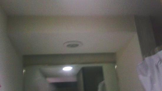 Hotel Del Angel: lampara de baño fundida