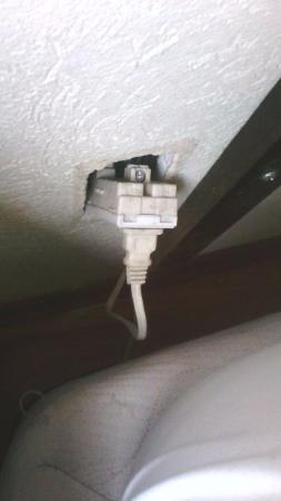 Hotel Del Angel: contacto dañado en donde facil te puedes electrocutar