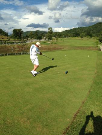 Chiangmai Highlands Golf and Spa Resort : kun hal right down the middle!