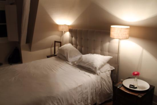 Chateau de Nazelles Amboise: The spacious room with a comfy bed